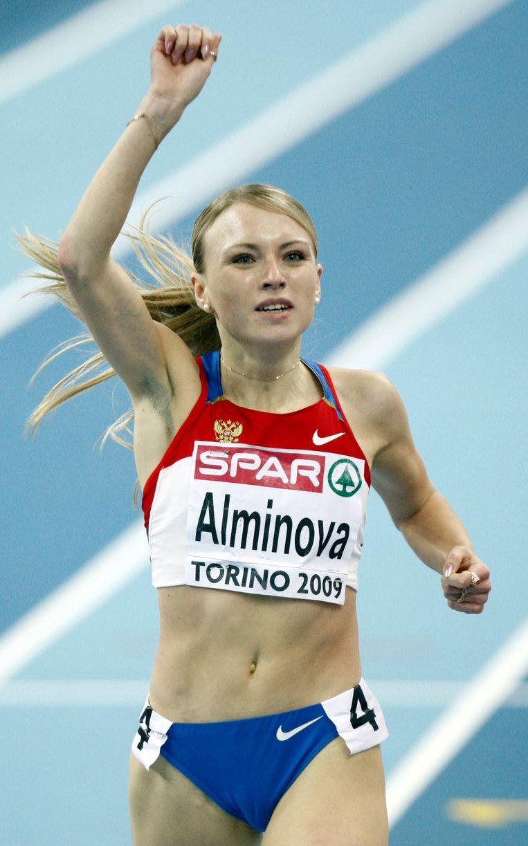 Anna Alminova na het winnen van de gouden medaille op de 1500 meter tijdens de EK in 2009. Beeld ap