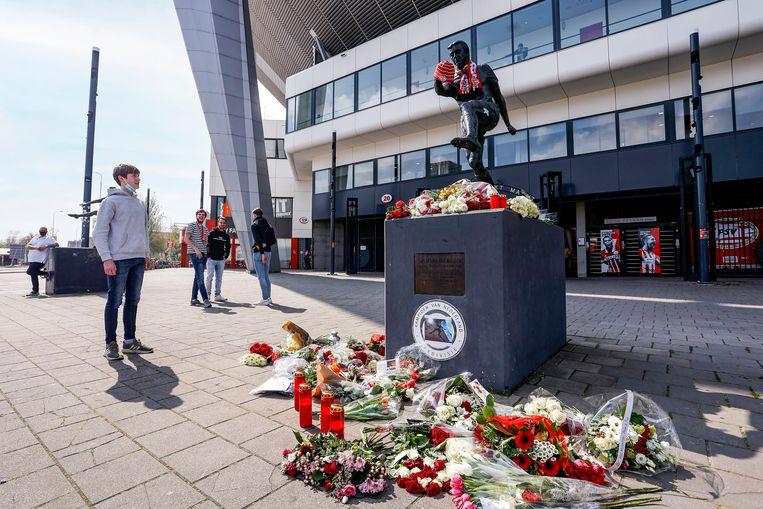 PSV-fans eren Willy van der Kuijlen na zijn overlijden. Beeld Pro Shots / Thomas Bakker
