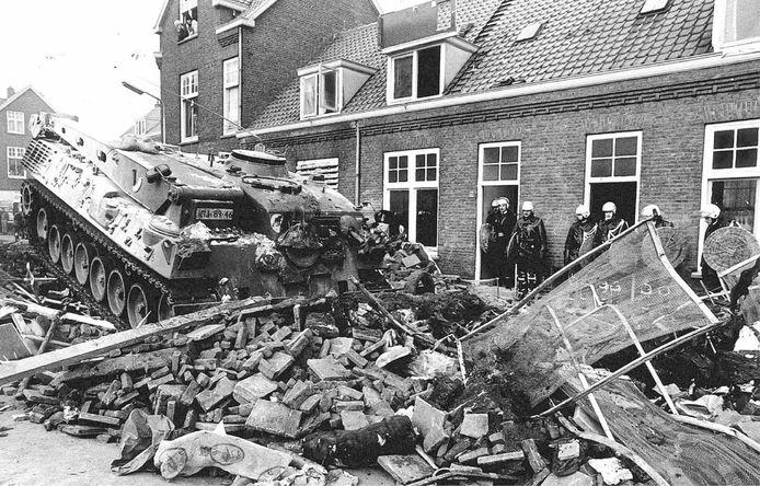 Een bulldozertank doorbreekt tijdens de Piersonrellen in 1981 een van de barricades die krakers in het centrum van Nijmegen hadden opgeworpen.