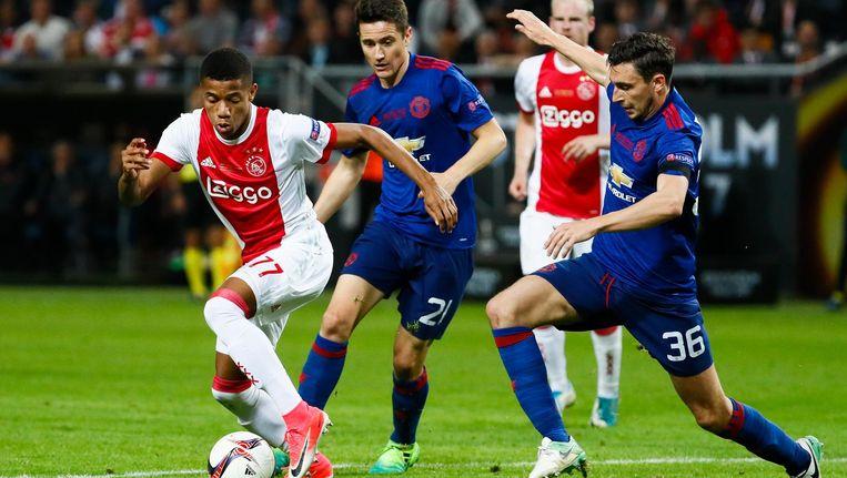Ajacied David Neres in duel met Ander Herrera (M) en Matteo Darmian van Manchester United tijdens de finale Europa League. Beeld ANP