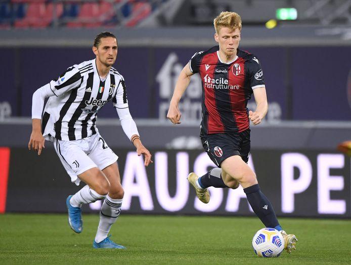 Jerdy Schouten in duel met Adrien Rabiot van Juventus.