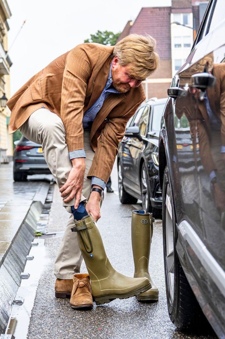 Koning Willem-Alexander bereidt zich voor op een bezoek aan het ondergelopen centrum van Valkenburg. Beeld Brunopress / Marcel van Drost