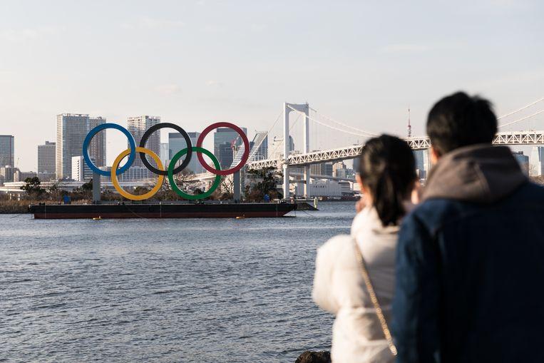 Bezoekers bekijken de olympische ringen in de Baai van Tokio.  Beeld Hiroki Taniguchi