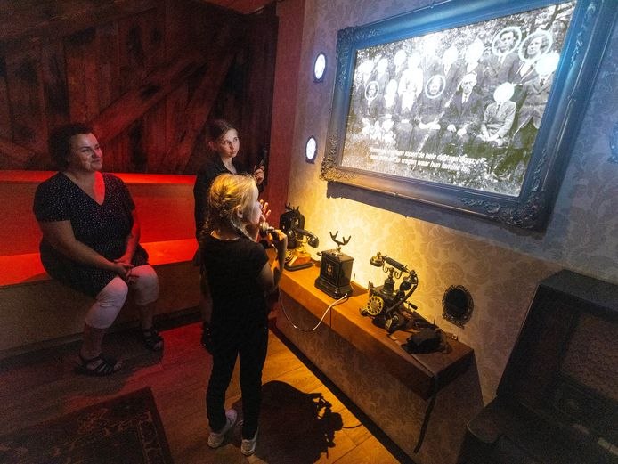 Marieke van Noordenburg en haar dochters Noëlle en Isa spelen het interactieve spel dat gebaseerd is op de oorlogservaringen van de familie van Noordenburg.