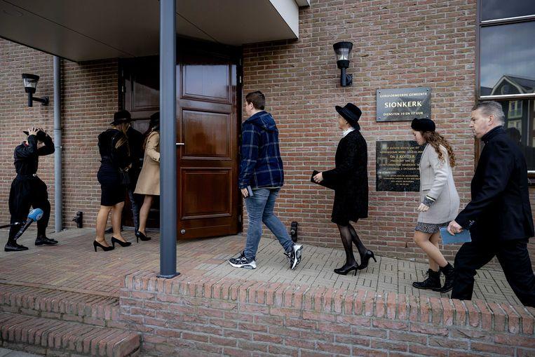 Kerkgangers betreden de Sionkerk in Urk.  Beeld ANP