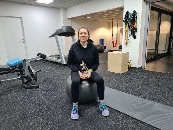 Annelies Sarrazin met de trofee van West-Vlaams atlete van 2020, die werd ontworpen en geschonken door Rosika Verberckt.