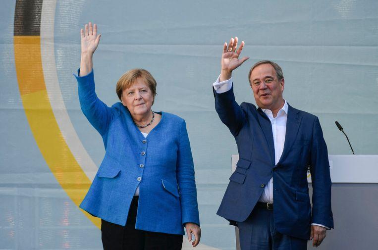 Angela Merkel en opvolger Armin Laschet tijdens een campagnebijeenkomst van hun CDU/CSU in Aken vrijdag, een dag voor de verkiezingen. Beeld AFP