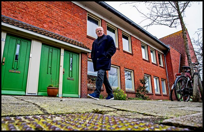 Rinus Israel loopt in de Ribesstraat in Amsterdam noord langs zijn oude huis.