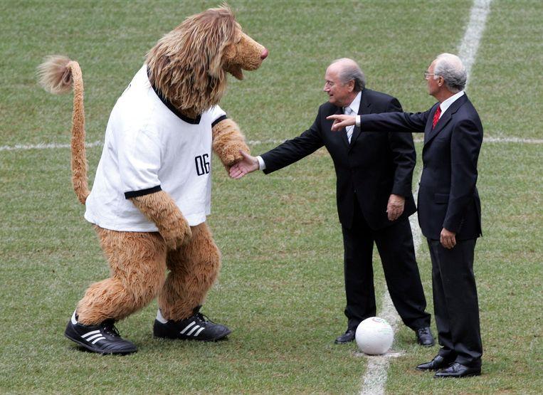Beckenbauer (rechts) in 2005 met FIFA-voorzitter Blatter tijdens de symbolische aftrap van het WK. Beeld ap