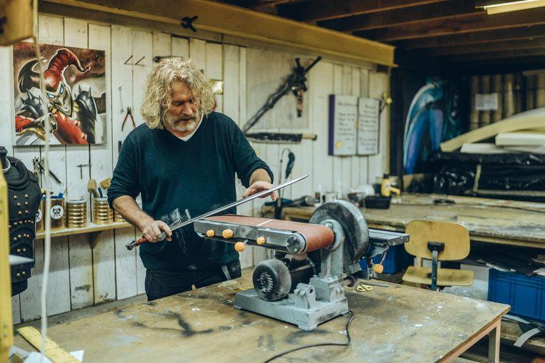 Steve Van Hulle heeft in zijn atelier allerhande wapentuig hangen.  Beeld Thomas Sweertvaegher