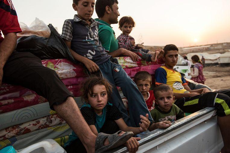 Gevluchte jezidi's komen aan in een vluchtelingenkamp in Noord-Irak. 'De genocide heeft ons verdeeld', zegt Murad Ismael.  Beeld NYT