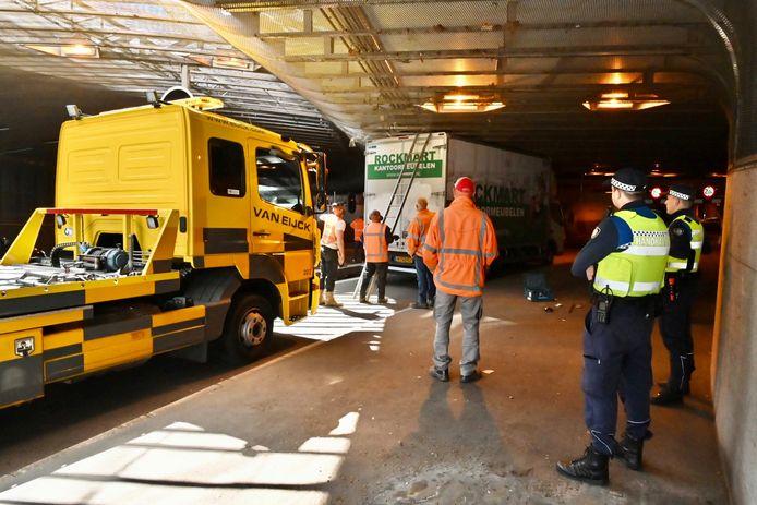 De vrachtwagen zit vast in de Willemstunnel in Arnhem, ter hoogte van de ingang van de parkeergarage bij station Arnhem-Centraal.
