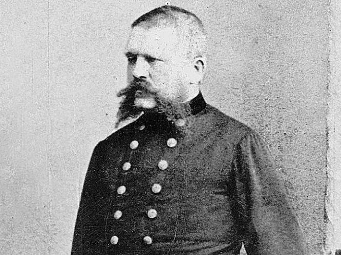 """""""Hij sloeg zijn hond tot die de vloer onderpiste"""": wat we allemaal weten over Hitlers vader Alois"""