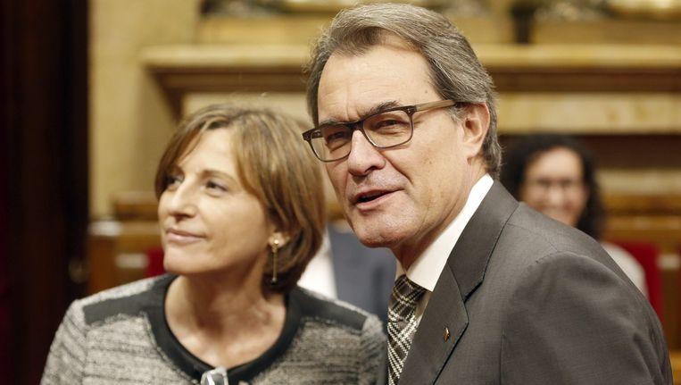 Ontslagnemend premier Artur Mas gisteren in het Catalaanse parlement met de nieuwe parlementsvoorzitter, Carme Forcadell. Beeld EPA