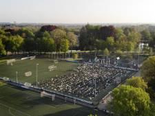 Indrukwekkend beeld: honderden moslims bidden op voetbalveld aan einde van Ramadan