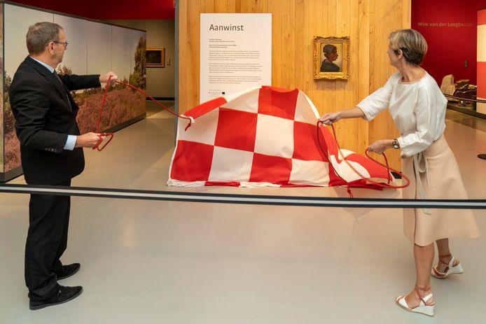 Gedeputeerde Wil van Pinxteren (links) en Dorine Manson van de Postcode Loterij onthullen de nieuwe aanwinst van Het Noordbrabants Museum.