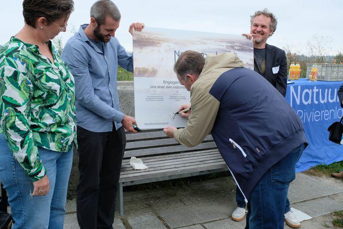 MECHELEN - Verschillende partners ondertekenden zaterdag een engagementsverklaring om zo een groot natuurpark te kunnen verwezenlijken. Onder hen burgemeester Alexander Vandersmissen (Open VLD).