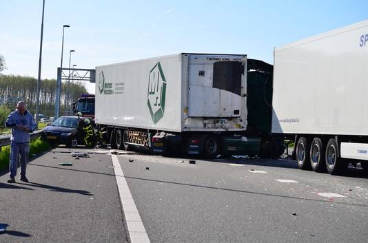 Ravage op de A12 na een groot ongeval met drie vrachtwagens en meerdere auto's.