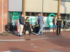 Man in hand gestoken bij vechtpartij op Oude Delft, één verdachte aangehouden