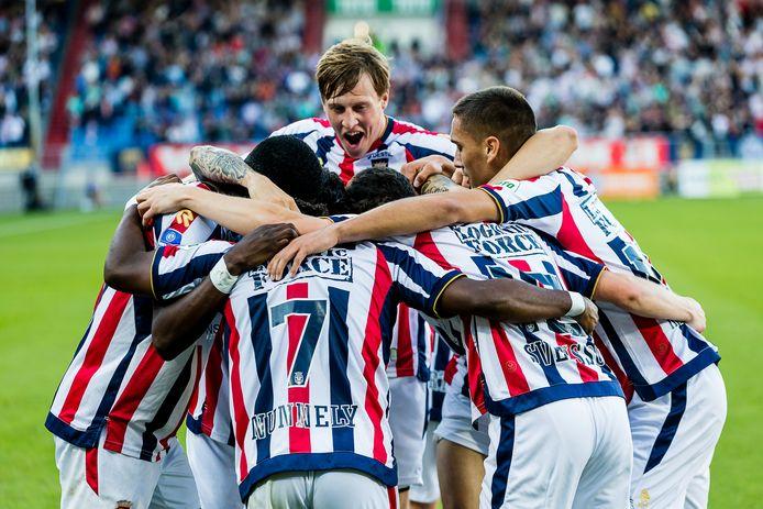 Emil Bergström (midden) mengt zich in het feestje nadat Willem II heeft gescoord tegen PSV.