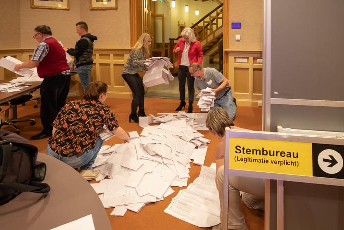 Er werd donderdag overal in de regio tot diep in de nacht geteld. Hier in Baarn, waar 9976 kiezers hun stem uitbrachten, kwam de VVD als grootste uit de bus.