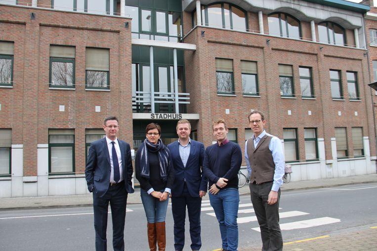 Schepenen Kurt Himpe, Caroline Maertens, burgemeester Bert Maertens en schepenen Lothar Feys en Tom Verbeke.