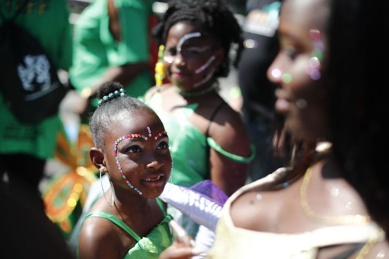 Carnival participants prepare for the Notting Hill Carnival in west London on August 27, 2017.  Nearly one million people are expected by the organizers Sunday and Monday in the streets of west London's Notting Hill to celebrate Caribbean culture at a carnival considered the largest street demonstration in Europe. / AFP PHOTO / Tolga AKMEN Beeld AFP