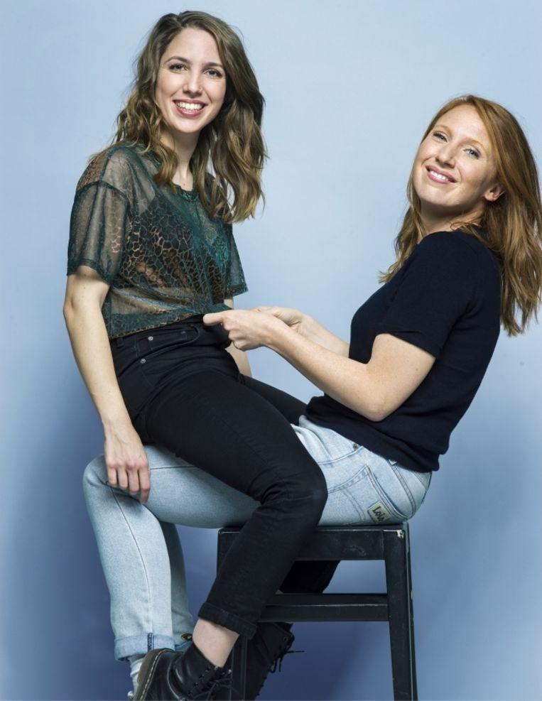 'Michèle Cuvelier (links): 'Te fanatiek zijn maakt een mens onsexy, en ik vrees dat ik weleens onsexy ben (lacht).''   Beeld Johan Jacobs