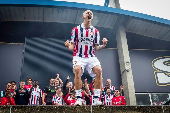 Sebastian Holmén viert feest na de handhaving van Willem II.