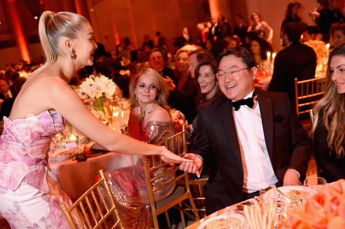 Jho Low geeft topmodel Gigi Hadid een handje.