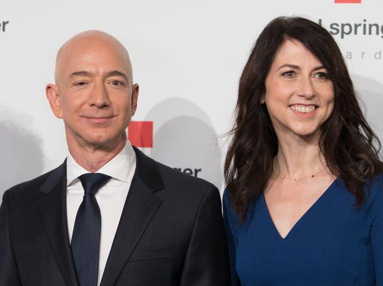 Amazon-CEO Jeff Bezos en zijn inmiddels ex-vrouw MacKenzie Bezos-Tuttle, bij een prijsuitreiking in april 2018.  Beeld AFP