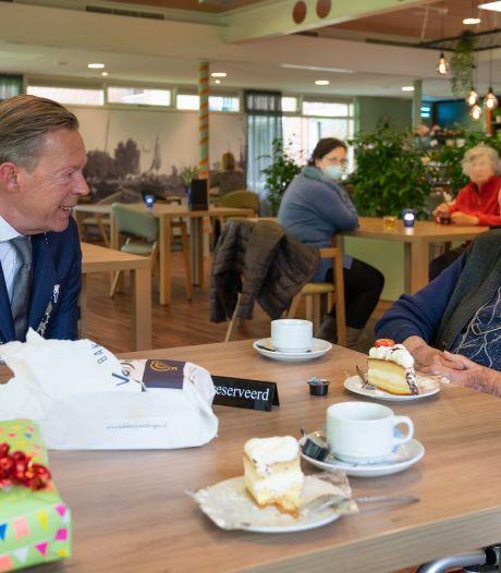 Jo Smits in Harderwijk wordt 104, ze raakt herinneringen kwijt maar geniet van de visite