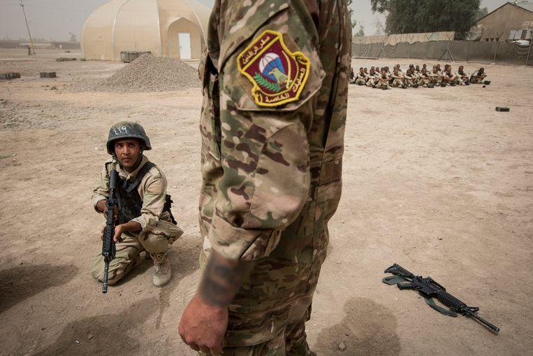 Militairen van het Korps Commando Troepen (KCT) trainen Irakese militairen voor de strijd tegen ISIS. Beeld Sjoerd Hilckmann