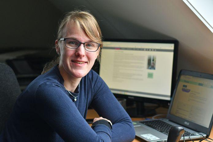 Natalie Kramer thuis achter de computer. De Needse vecht al jaren voor erkenning van fibromyalgie.