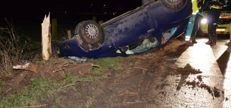 Auto slaat over de kop bij eenzijdig ongeval op de Bontekoeweg in Baak