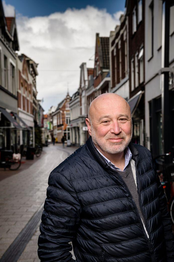 """Duco Hoek in de binnenstad. """"Door corona zullen er zaken omvallen. Ook hier, maar Enschede is veerkrachtig genoeg om door deze crisis te komen."""""""