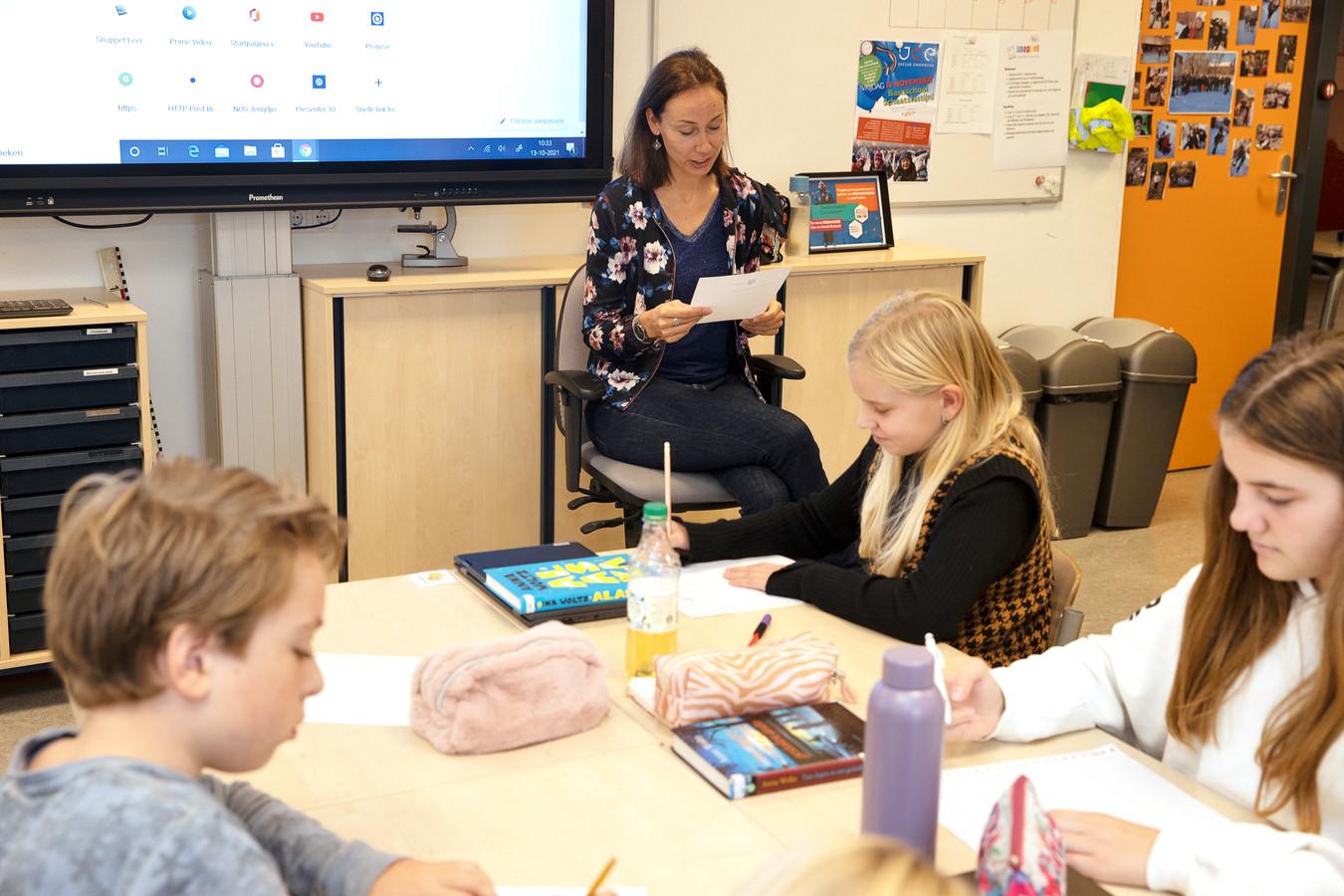 Voorronde van het jaarlijkse Augdictee. Kinderboekenschrijfster Anna Woltz leest het dictee voor aan groep 8 van basisschool De Wilakkers.