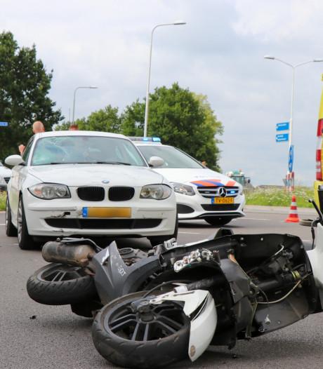 Auto verlaat rotonde in Hedel en botst op scooter, bestuurder moet met spoed naar het ziekenhuis