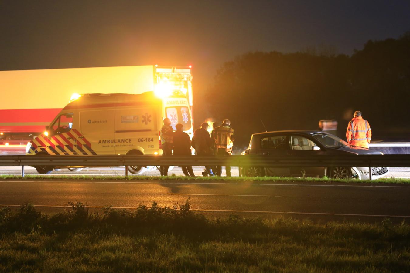 Door onbekende reden kwamen een vrachtwagen en twee personenauto's met elkaar in botsing op de A28 bij Putten. Beide personenauto's liepen flinke schade op. Een bestuurder is nagekeken in een ambulance maar kon zijn weg vervolgen.