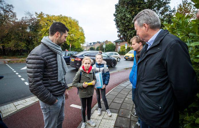 Yfke en Juno leggen wethouder Landwehr (rechts) uit wat het probleem is op de Groenekanseweg.