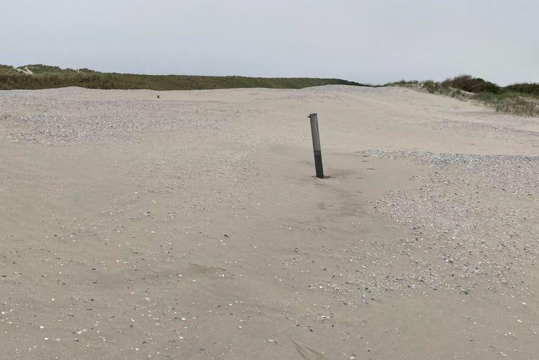 Materials: poles, sand Beeld Tjeerd Posthuma