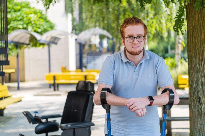 Michaël Roele (24) heeft Osteogenesis Imperfecta (IO) een zeldzame bindweefselaandoening waardoor hij zijn botten sneller breekt.
