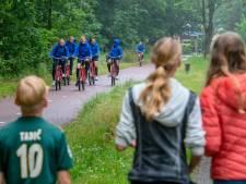 Wachten op een glimp van Oranjeleeuwinnen in Harderwijk: 'Onze hele klas is fan'
