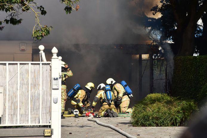 De brand in de carport naast de villa woedde in alle hevigheid.
