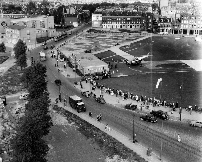 Onvoorstelbaar maar waar: Rotterdam had ooit een landingsplek voor helikopters in hartje stad. Op deze foto uit 1954 zien we Heliport, vlakbij het Hofplein, met een net aangekomen Sabena-wentelwiek.