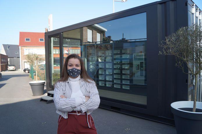 Gilltumn Vanhauwaert bij de automatenshop die haar naam draagt.