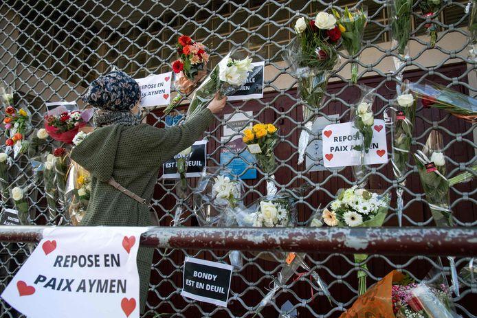 Bloemen op de plek waar de 15-jarige jongen werd doodgeschoten.
