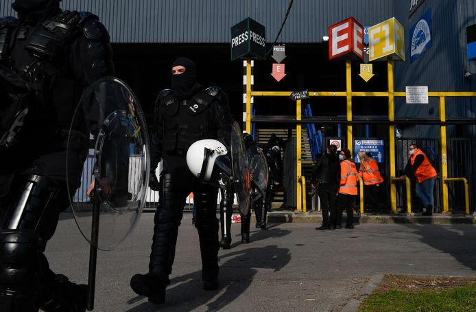 La police était présente en nombre samedi après-midi au stade du Pays de Charleroi.
