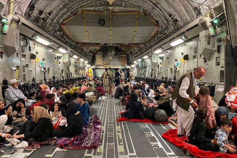Afghaanse evacuees in een Amerikaans vliegtuig in Kaboel, 19 augustus. Beeld AFP