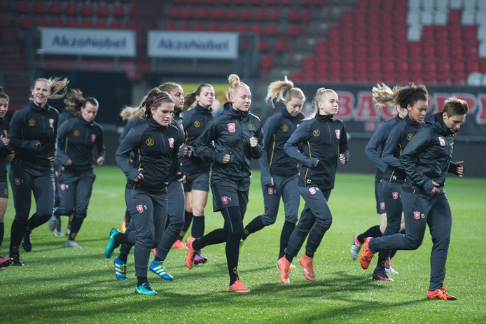 FC Twente Vrouwen traint in aanloop naar de wedstrijd tegen FC Barcelona in De Grolsch Veste, waar ook de wedstrijd plaatsheeft. Foto: Lenneke Lingmont